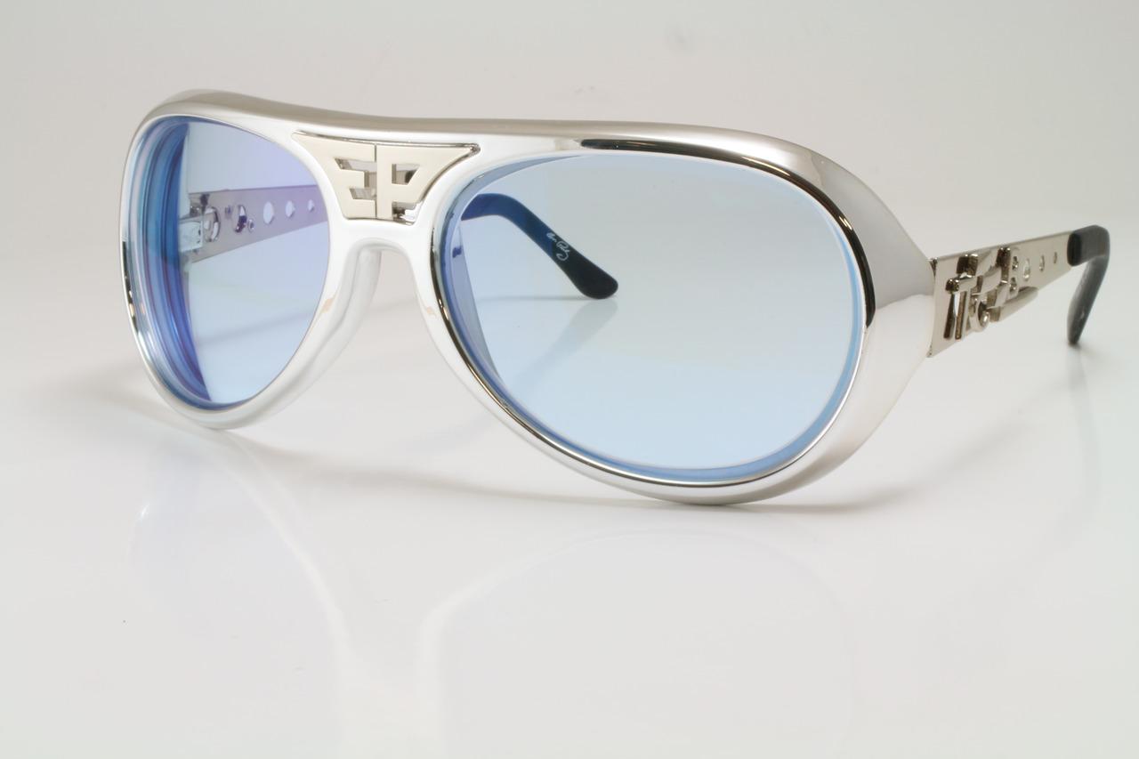 Een Elvis Presley replica voorzien van lichtblauwe glazen op sterkte.